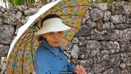 As pessoas de Okinawa continuam ativas e independentes nos seus 90 anos de idade e têm uma tendência menor a desenvolver doenças ligadas ao envelhecimento