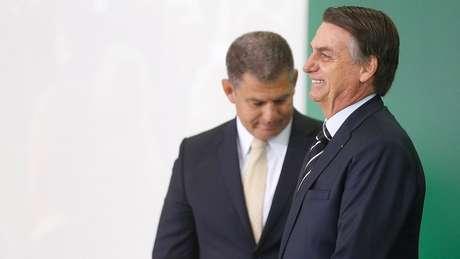 Gustavo Bebianno (ao fundo) foi demitido da Secretaria-Geral de Governo após série e de reportagens sobre uso de laranjas pelo PSL na eleição de 2018, quando presidiu o partido