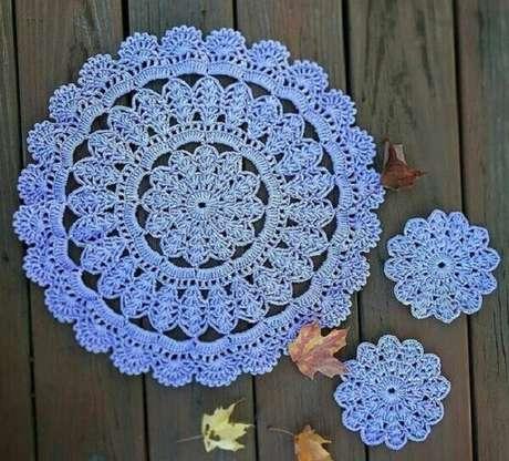 43- O sousplat de crochê pode formar jogos com porta copos de crochê utilizando os mesmo pontos. Fonte: De frente para o Mar