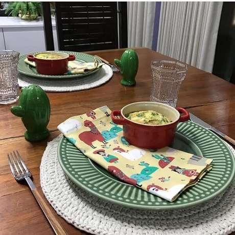 63- O sousplat de crochê com barbante tem a espessura mais grossa e protege a mesa das altas temperaturas dos pratos. Fonte: Pinterest