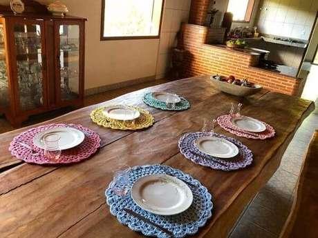 44- Na sala rústica, os jogos de sousplat de crochê coloridos decoram a mesa. Fonte: Fios de Maria