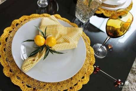 2. O sousplat de crochê amarelo combina perfeitamente em superfícies com tons mais escuros.