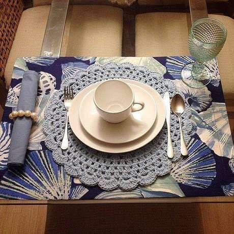 6. Para aumentar as possibilidades de decorar a mesa, combine os sousplat de crochê com jogos americanos.
