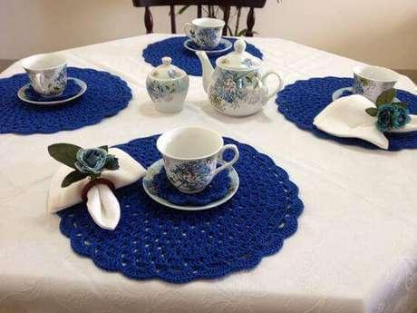 12. Os sousplats de crochê podem ser usados diretamente acima da toalha de mesa e combinados com outros elementos.