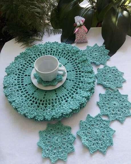 47- Os jogos de sousplat de crochê são completados pelos suportes de xícaras. Fonte: Dicas de Mulher