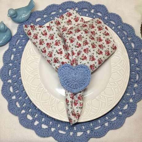 49- O anel para guardanapo de crochê foi executado com a mesma linha do sousplat de crochê. Fonte: Pinterest