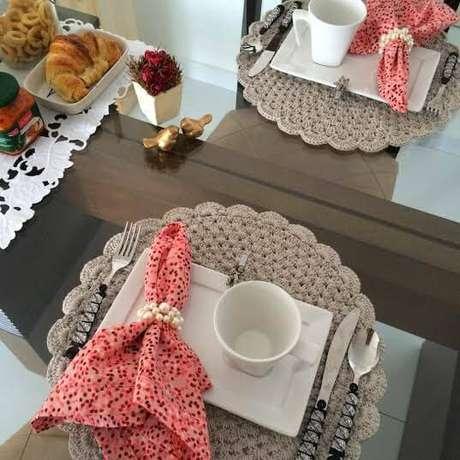 4. O sousplat artesanal usado no café da manhã deixa a mesa mais aconchegante.