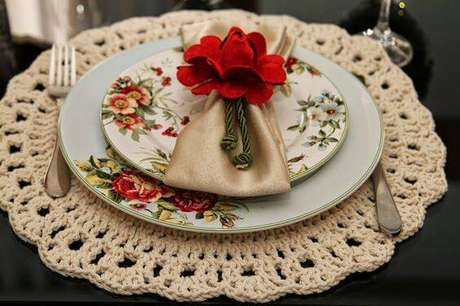 8. As cores neutras são ideais para variar na decoração da mesa de jantar.
