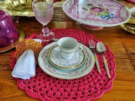 16. Uma mesa colorida e com detalhes em crochê pode ser o diferencial que você procura para sua casa.