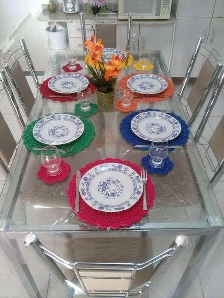 17. O conjunto colorido anima os ambientes e deixa as refeições mais prazerosas.