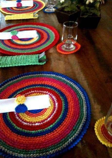 25. Sousplat de crochê pode vir acompanhado de outros elementos tecidos à mão.
