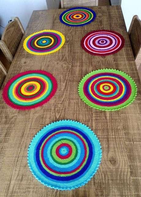 22. Os sousplats de crochê colorido vão muito bem com mesas e cadeiras rústicas e ambientes informais. Por Valquíria Lima – Bazar da Val.