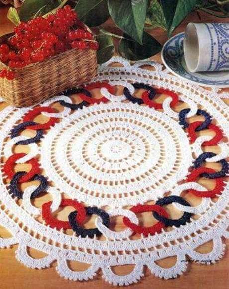 19. O sousplat de crochê pode ter desenhos que deixam a decoração diferente.