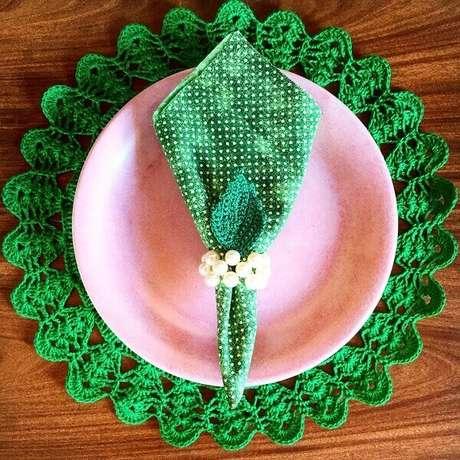 50- O sousplat de crochê com linha verde contrasta com o prato cor de rosa. Fonte: Pinterest