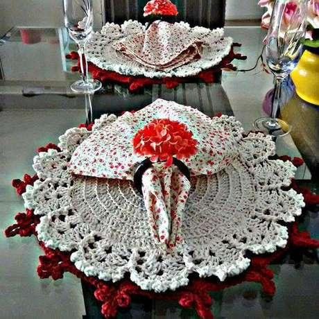 23. O sousplat de crochê duplo garante ainda mais charme para o arranjo da mesa.