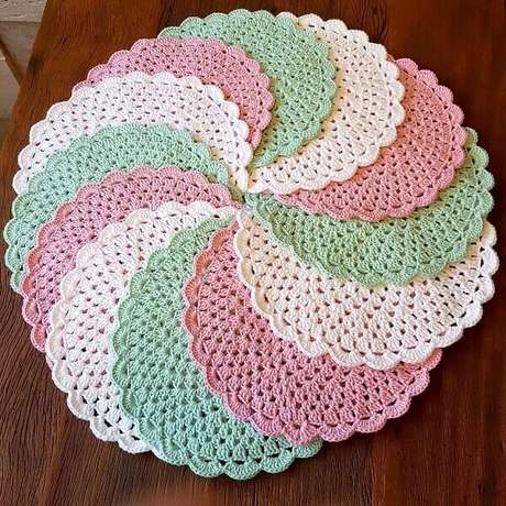 52- Os sousplats de crochê em tons pasteis permitem decorar diversos estilos de mesa. Fonte:Pinterest