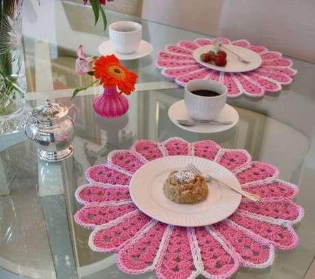 20. Para adoçar a sobremesa, o sousplat de crochê em tons de rosa com degradês.