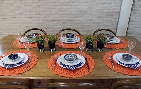 24. O sousplat laranja traz alegria para a mesa de jantar