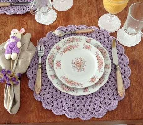 26. Os tons de lilás são muito recomendados se você procura delicadeza para compor a mesa.