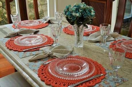 53-Na mesa posta com pratos em vidros transparentes, o sousplat de crochê é o destaque da decoração. Fonte: Pinterest