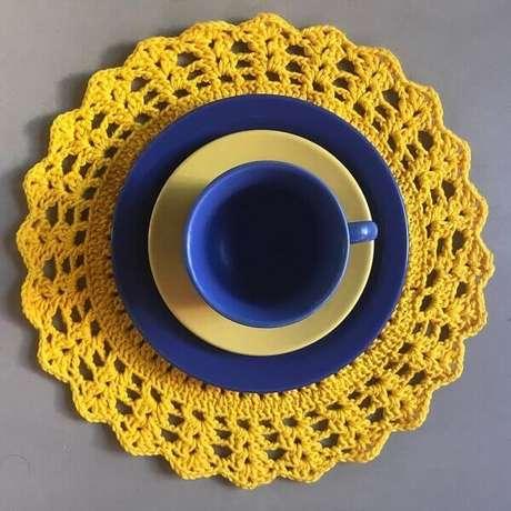 46- O sousplat de crochê amarelo combina com o jogo de chá azul com pires amarelo. Fonte: Pinterest