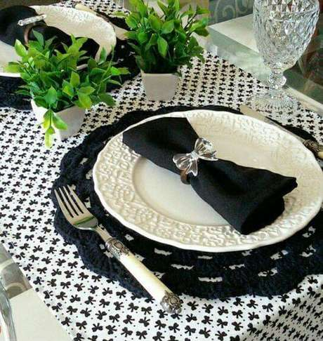 30. O sousplat de crochê preto é uma ótima opção de contraste para a mesa de jantar.