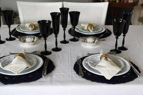 35. Requinte e elegância predominam à mesa com o sousplat de crochê preto.