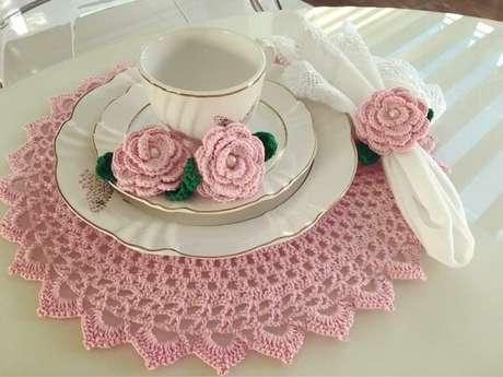 58- A mesa foi decorada de forma delicada utilizando porcelanas brancas com filetes dourados e sousplat de crochê. Fonte: ConstruindoDECOR