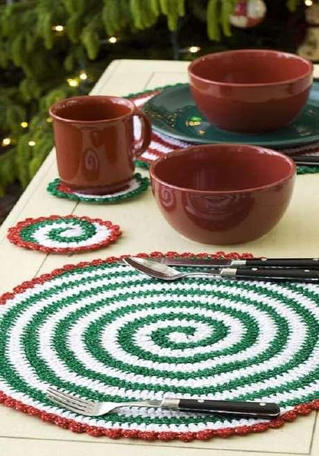 57- O jogo de sousplat de crochê foi produzido com linhas nas cores verde, marrom e branca. Fonte: Pinterest