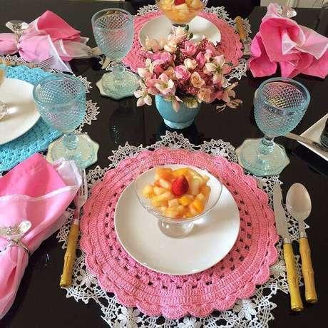 34. Os sousplats de crochê combinando rosa e turquesa montam uma mesa bombástica e nada convencional.