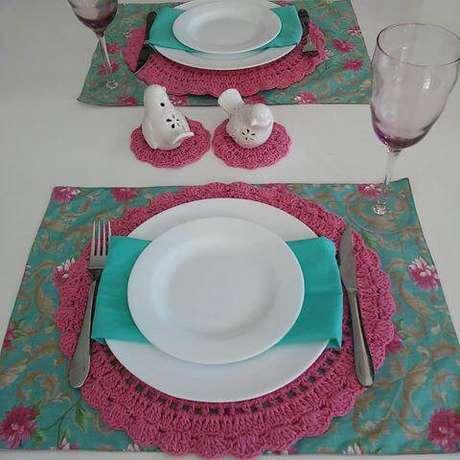 38. O sousplat de crochê traz um colorido especial para qualquer mesa.