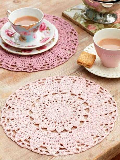 41. Você pode optar por sousplats de crochê em diversos tons de uma mesma cor, como o rosa.