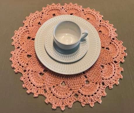 60- A porcelana branca é destacada pelo sousplat de crochê sobre a mesa. Fonte: Mercado Livre