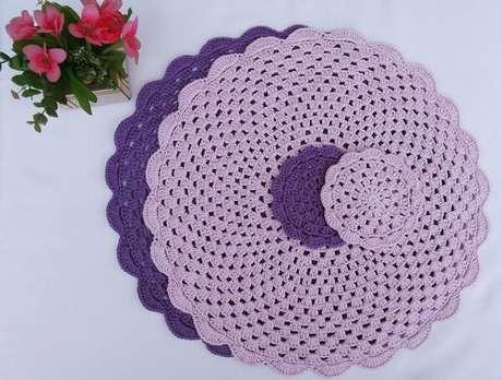 62- O jogo de sousplat de crochê roxo e lilás tem suporte para copos. Fonte: Pinterest