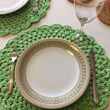 65- O sousplat de crochê verde combina com a louça com detalhes no mesmo tom. Fonte: Artes da Mel