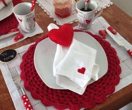 40. Se você faz a linha romântica, vai adorar essa ideia de sousplat de crochê.