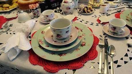 1. O sousplat de crochê traz detalhes incríveis para a mesa de café da tarde.