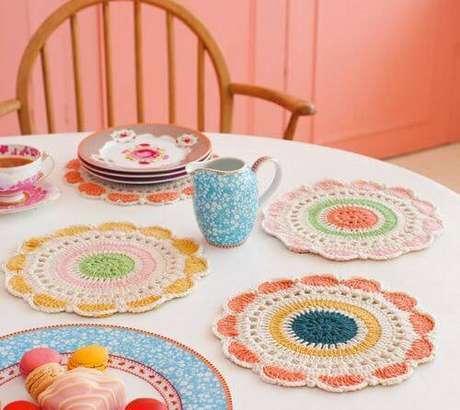 39. Se você prefere uma mesa colorida, os sousplats de crochê podem te deixar muito feliz.