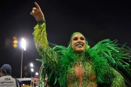 A rainha de bateria Dani Bolina, toda de verde, a poucos minutos do desfile da Vila Maria