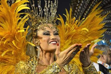 Rainha de bateria da Rosas de Ouro, 3ª colocada, Ellen disse que o resultado pode ser comemorado como um título