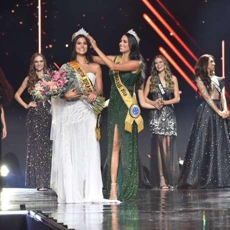 Júlia Horta é coroada Miss Brasil 2019 pela amazonense Mayra Dias, que venceu a disputa ano passado