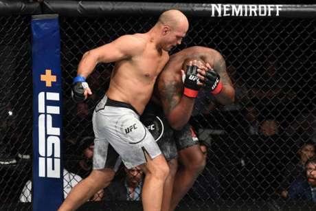Cigano superou Lewis por nocaute técnico no segundo assalto da luta principal (Foto: Getty Images/UFC)