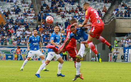 O time celeste teve algumas novidades, como a estreia do jovem atacante Vinicius Popó, fazendo seu primeiro jogo como profisisonal- (Foto: Rodney Costa/Eleven)