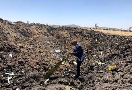 CEO da Ethiopian Airlines, Tewolde Gebremariam, observa destroços de avião em local de acidente em Bishoftu 10/03/2019 Ethiopian Airlines via Reuters