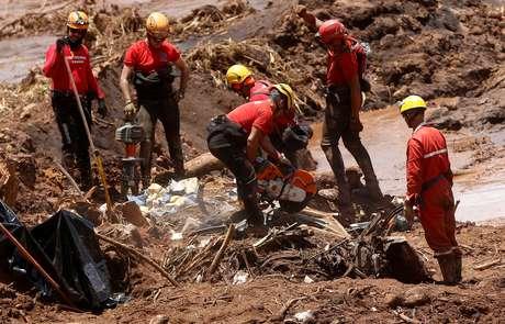 Membros da equipe de resgate procuram por vítimas do rompimento de uma barragem de rejeitos da Vale, em Brumadinho (MG). 28/1/2019. REUTERS/Adriano Machado