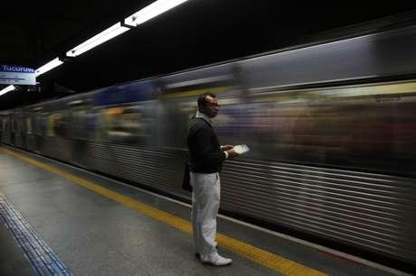 Homem espera por metrô em São Paulo 10/06/2014 REUTERS/Murad Sezer