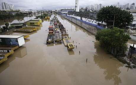 Carros são encobertos pela água em empresa na Avenida Henry Ford, zona leste de São Paulo, na manhã desta segunda-feira (11)