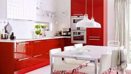 5. Dê preferência para cores claras e neutras na decoração com armário de cozinha vermelho – Foto: Pinterest
