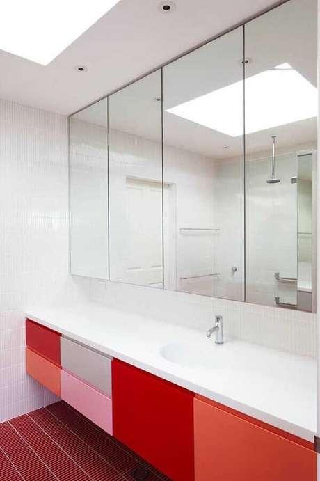 12. Aqui a decoração contou com vários tons de vermelho no gabinete de banheiro – Foto: Bedroom Furniture