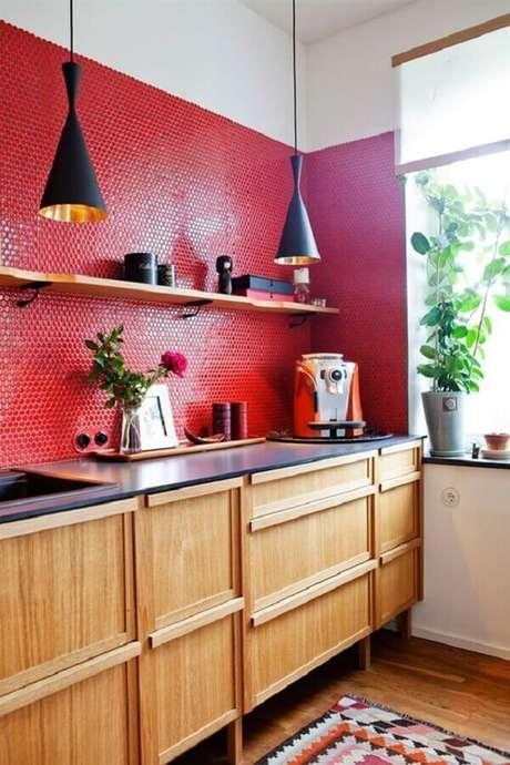 19. Decoração em tons de vermelho para cozinha planejada com armários de madeira e luminárias pretas – Foto: Neu dekoration stile